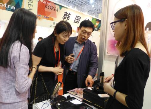 展会上工作人员介绍韩国化妆品