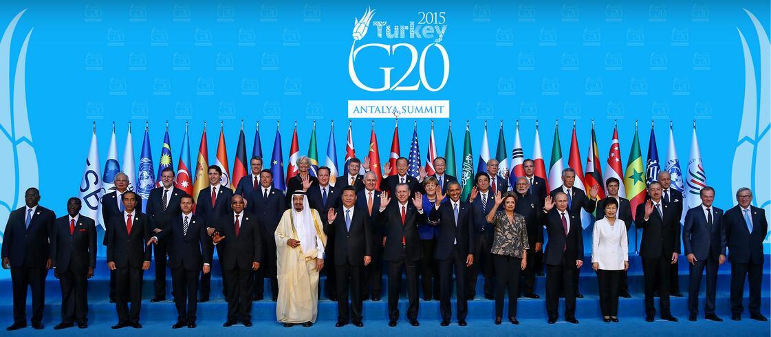 2015年11月15日,20国集团领导人峰会(G20)在土耳其安塔利亚举行。会议一开始,参会领导人全体起立,为在法国巴黎恐怖袭击事件的遇难者默哀。  中国国家主席习近平在会上向世界介绍中国十三五规划建议展现中国经济光明前景,阐述坚持统筹国内国际两个大局,提出实现亚太自贸区的政策建议,并通过一路一带合作倡议为中国和世界的发展注入强大动力。亚太各国经济互补性强,贸易潜力巨大,双方要共同努力提高贸易水平,同时积极开拓金融、保险、远东开发等合作。大家共同努力,加快落实一带一路建设同欧亚经济联盟对接合